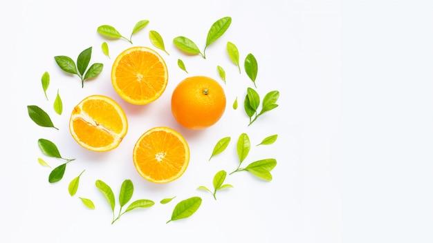 Alta vitamina c, succosa e dolce. frutta arancione fresca con foglie verdi