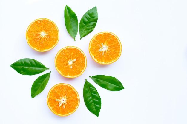 Alta vitamina c, succosa frutta arancione con foglie su sfondo bianco. copia spazio