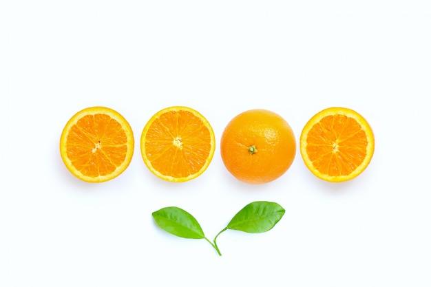 Alta vitamina c, succosa frutta arancione con foglie su sfondo bianco.