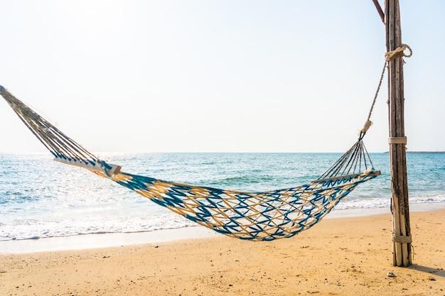 Altalena amaca vuota sulla bellissima spiaggia e mare