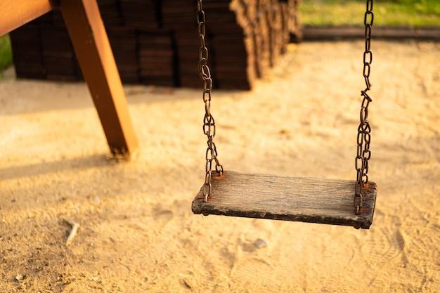 Altalena in legno appesa per parco giochi per bambini
