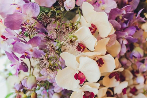 Altalena in legno decorata con fiori artificiali.