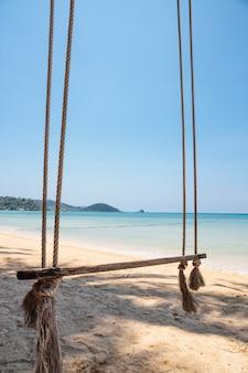 Altalena sulla spiaggia di un tropicale