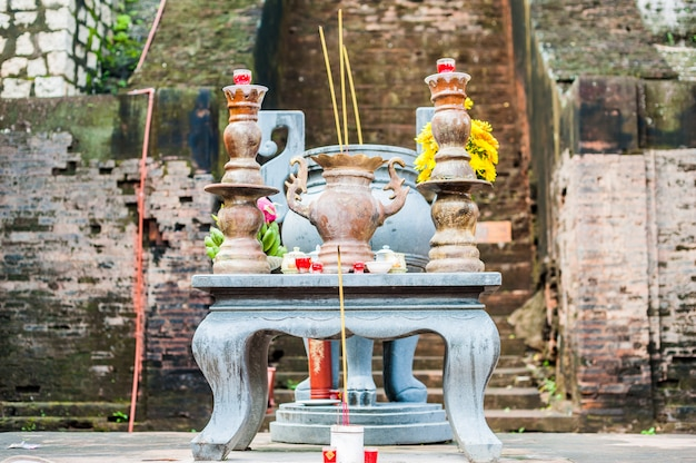 Altare per la preghiera in un tempio buddista di po nagar cham towers