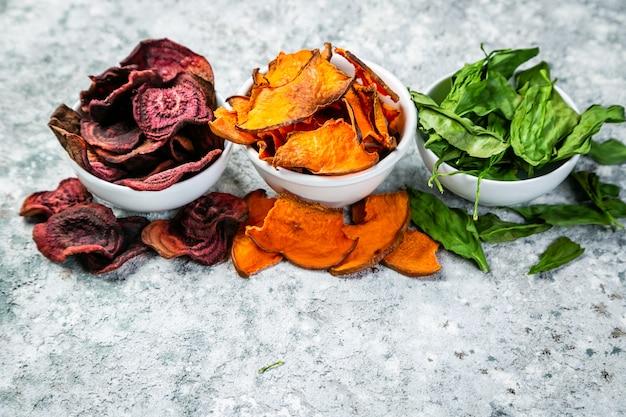 Alternativa di patatine fritte salutari - chips di verdure (radice di barbabietola, zucca, spinaci)