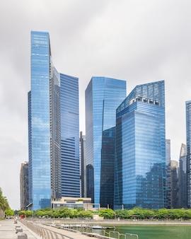 Alti grattacieli di vetro nel centro di singapore sul lungomare.