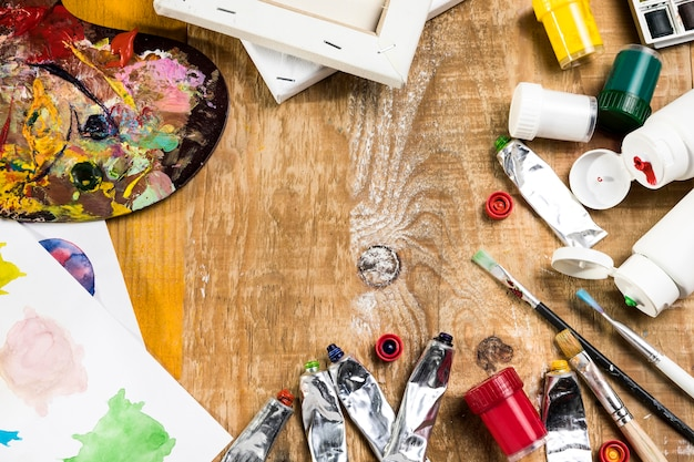 Alto angolo degli elementi essenziali della pittura su superficie di legno