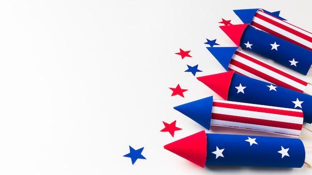 Alto angolo dei fuochi d'artificio per la festa dell'indipendenza con le stelle e lo spazio della copia
