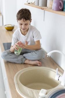 Alto angolo del bambino con sapone liquido