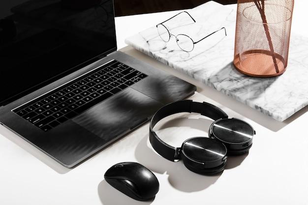Alto angolo del concetto di scrivania con spazio di copia