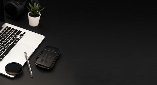 Alto angolo del desktop con lo spazio della copia e del computer portatile
