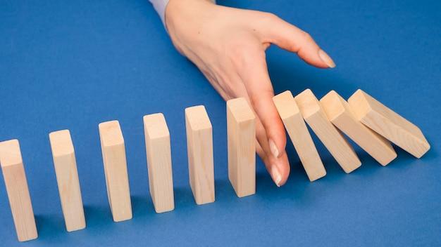 Alto angolo della mano con il concetto di ecnomia