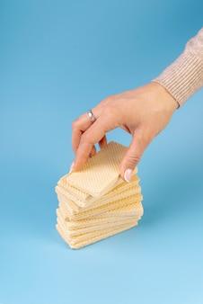 Alto angolo della mano sopra i wafer impilati