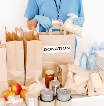Alto angolo delle borse di donazione con disposizioni