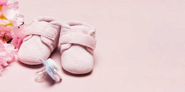 Alto angolo delle scarpe di bambino per la festa della mamma con lo spazio della copia