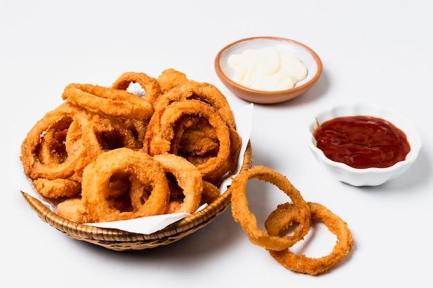 Alto angolo di anelli di cipolla con ketchup