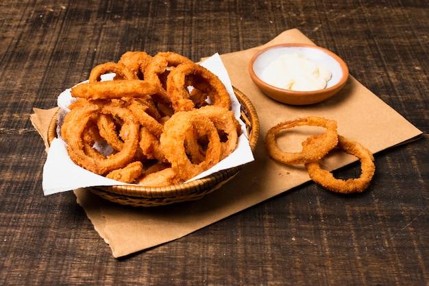 Alto angolo di anelli di cipolla fritti