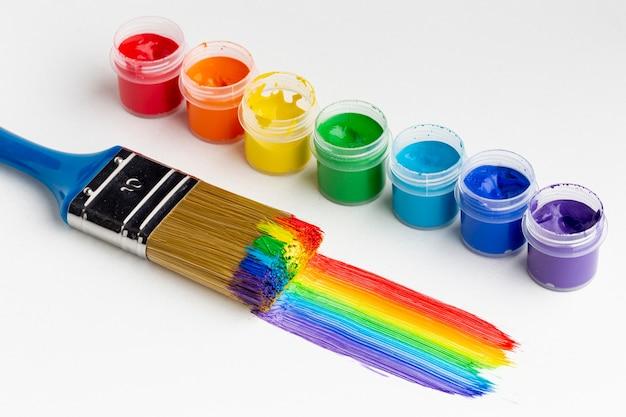 Alto angolo di aquarelle colorate e pennello