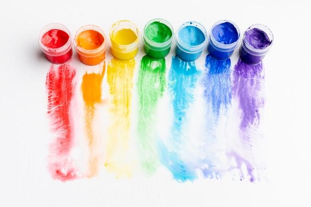 Alto angolo di aquarelle colorate
