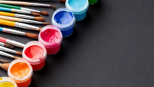 Alto angolo di aquarelle colorato con spazio di copia