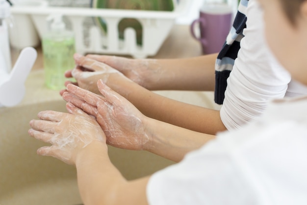 Alto angolo di bambini che si lavano le mani
