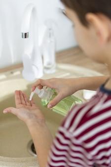 Alto angolo di bambino sfocato con sapone liquido