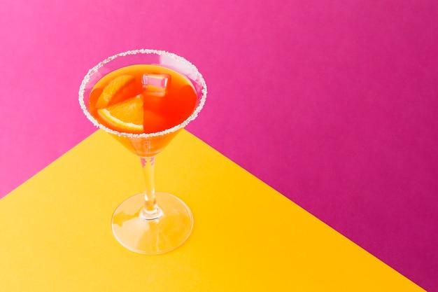 Alto angolo di bicchiere da cocktail colorato con spazio di copia