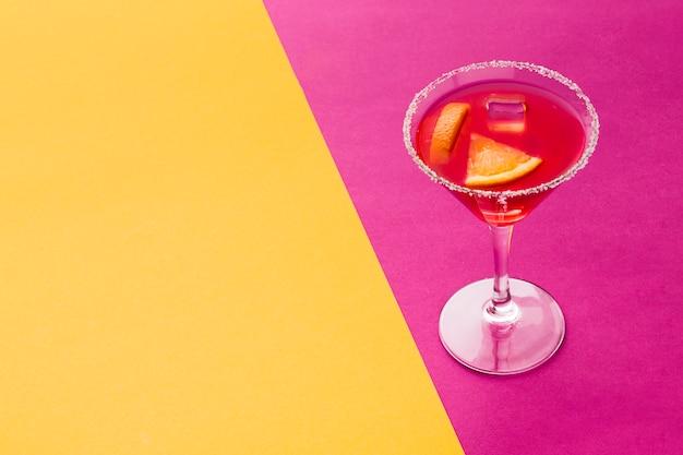 Alto angolo di bicchiere da cocktail con bordo sale