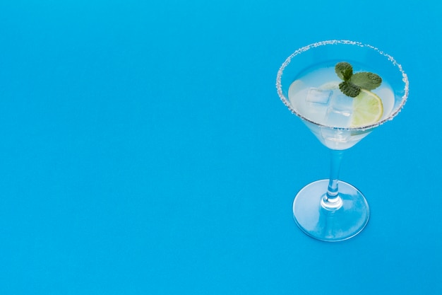 Alto angolo di bicchiere da cocktail con copia spazio e cubetti di ghiaccio