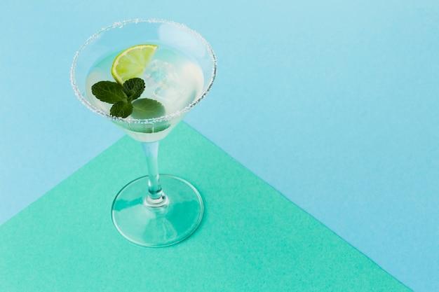 Alto angolo di bicchiere da cocktail con copia spazio e menta