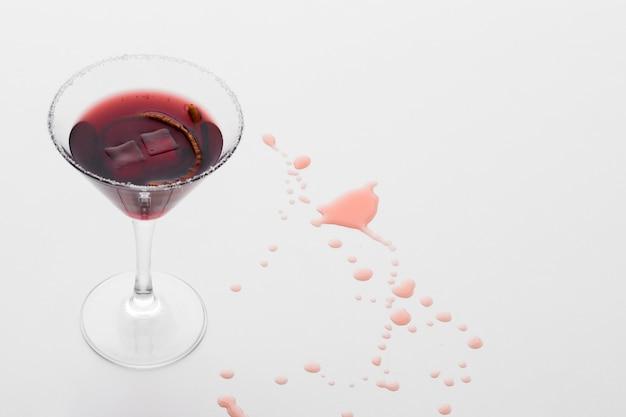 Alto angolo di bicchiere da cocktail con rovesciamento