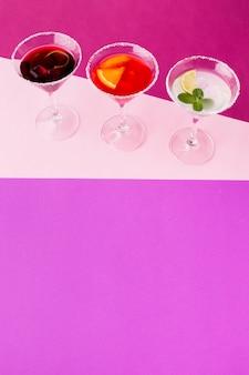 Alto angolo di bicchieri da cocktail con spazio di copia