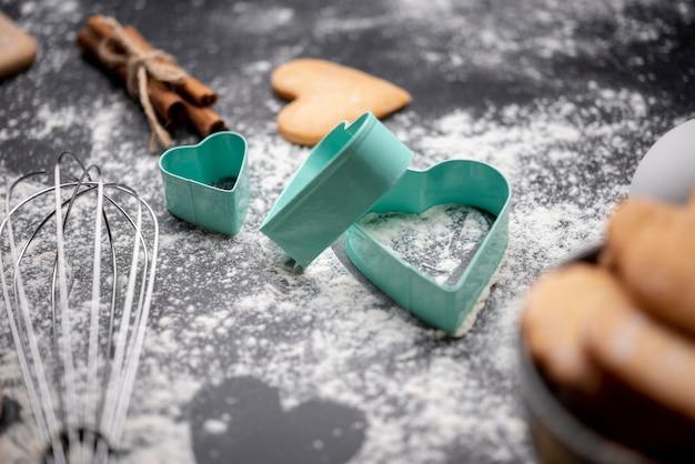 Alto angolo di biscotti di san valentino e utensili da cucina