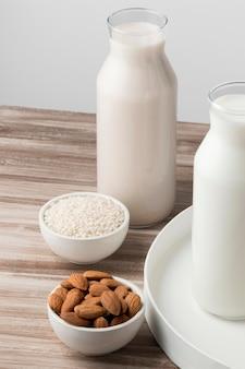 Alto angolo di bottiglie di diversi tipi di latte