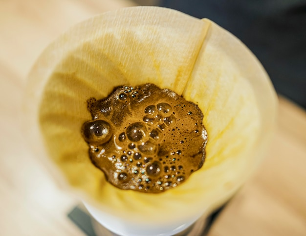 Alto angolo di caffè nel filtro