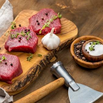 Alto angolo di carne con erbe e aglio