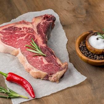 Alto angolo di carne con erbe e spezie