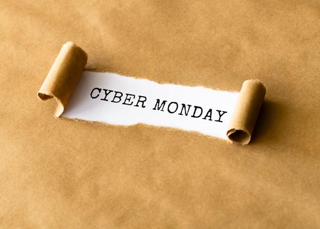 Alto angolo di carta strappata per cyber lunedì
