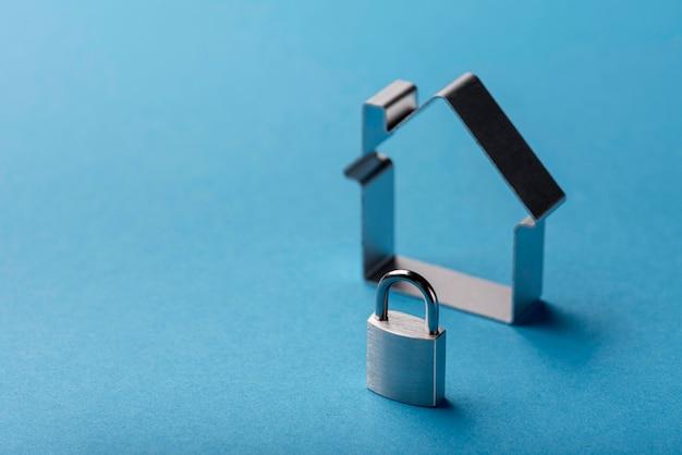 Alto angolo di casa e serratura con spazio di copia