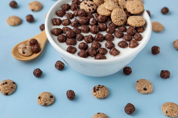 Alto angolo di cereali da colazione al cioccolato con latte