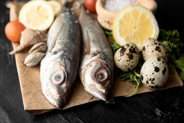 Alto angolo di coppia di pesci con limone e uova