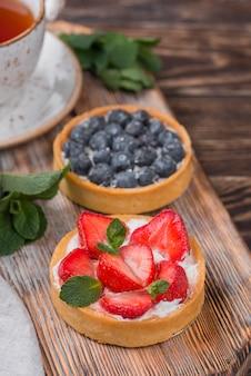 Alto angolo di crostate di frutta con fragole e mirtilli