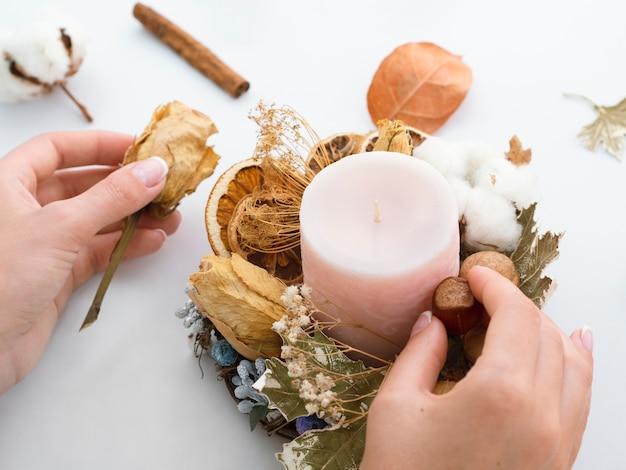 Alto angolo di decorazione di candele
