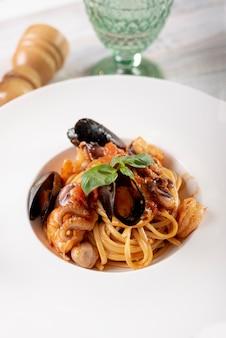 Alto angolo di deliziosa pasta con frutti di mare