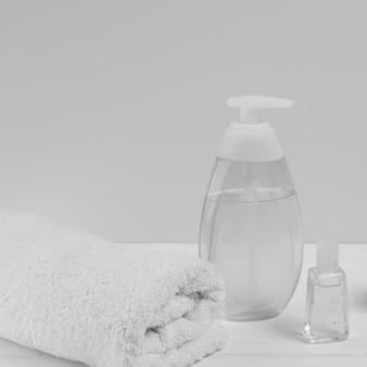 Alto angolo di distributore di olio e asciugamano per baby shower