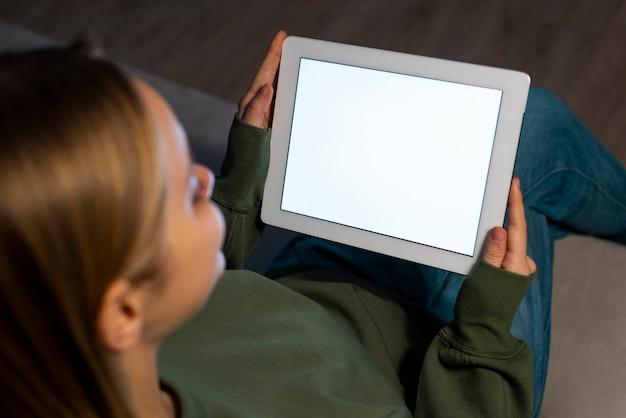 Alto angolo di donna che osserva nel suo tablet
