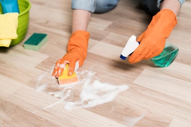 Alto angolo di donna che pulisce i pavimenti