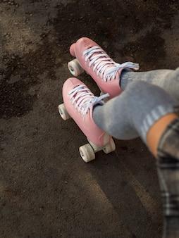 Alto angolo di donna in calze e pattini a rotelle