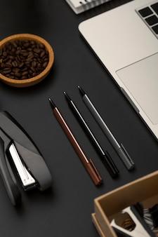 Alto angolo di elementi essenziali desktop con laptop