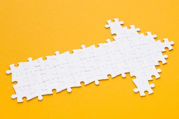 Alto angolo di freccia fatta di pezzi del puzzle